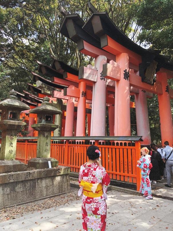 Torii gates_geishas